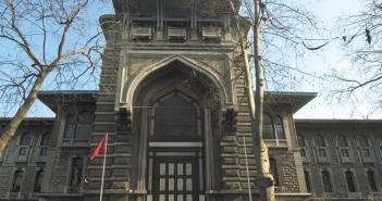 Boş kontenjan hangi liselerde var? İstanbul Erkek'te bile boş kontenjan var. Liseye Geçiş Sistemi (LGS) kapsamında LGS 2. Nakil uygulaması tercihleri yarın son bulacak. Velilerin 5 sınavla, 5 yerel yerleştirmeyle öğrenci alan okullar olmak üzere listelerine en fazla 10 okul alma hakları bulunuyor. LGS ilk nakil yerleştirmelerinde açıkta kalan 91 bin öğrencinin 45 bini yerleşti. Ancak açıkta kalan öğrenci sayısı 46 bin. İkinci nakil uygulamasında tercihler dönemine işte bu 46 bin açık ile girildi. BOŞ KONTENJAN HANGİ LİSELERDE VAR? Yerel yerleştirmeyle öğrenci alan liselerde veliler boş kontenjan gördüklerini söylerken, bunun bazı yerlerdeki Anadolu liselerinde ikili eğitime geçilmesinden kaynaklandığı anlaşıldı. Henüz Milli Eğitim Bakanlığı (MEB) ikili eğitimle ilgili bir açıklama yapmadı. İLK AÇIKLANDIĞINDA BOŞ YOKTU Sınavla öğrenci alan liselerden Anadolu, fen ve sosyal bilimler liselerinde ilk LGS nakil yerleştirme sonuçları açıklandığında boş kontenjan yoktu. Ancak şimdi aralarında İstanbul Erkek Lisesi'nin de bulunduğu Anadolu liseleri ile fen liselerinde boş kontenjan oluştu. Bunun nedeni de özel okula giden öğrenciler. İşte İstanbul'da boş kontenjanı olan Anadolu liseleri SINAVLA ÖĞRENCİ ALAN LİSELERDE BOŞ KONTENJANLAR ANADOLU LİSELERİ İstanbul Erkek Lisesi: 1 Beşiktaş Kabataş Erkek Lisesi (İng): 1 Beşiktaş Atatürk Anadolu Lisesi: 1 Beşiktaş Anadolu Lisesi: 1 Beşiktaş Sakıp Sabancı Anadolu Lisesi: 1 Kadıköy Anadolu Lisesi: 2 (hazırlık) Kartal Burak Bora Anadolu Lisesi (İng) 1 Ataşehir Habire Yahşi Anadolu Lisesi: 3 Üsküdar Çamlıca Kız Anadolu Lisesi: 2 Üsküdar Haydarpaşa Lisesi: 1 Paşabahçe Ahmet Ferit İnal Anadolu Lisesi: 1 Bahçelievler Anadolu Lisesi: 1 Bahçelievler Dede Korkut Anadolu Lisesi: 1 Ataköy Cumhuriyet Anadolu Lisesi: 1 Florya Tevfik Ercan Anadolu Lisesi: 1 Bakırköy Yahya Kemal Beyatlı Anadolu Lisesi: 2 Yeşilköy Anadolu Lisesi: 1 Büyükçekmece Atatürk Anadolu Lisesi: 1 Güngören Ergün Öner - Mehmet Öner Anadolu Lisesi: 1 Kartal Anadolu Lisesi: 2 Kü